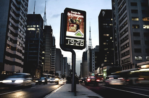 an advertisement displaying the time sits on Paulista Avenue. Now, only advertisements that adhere to the statutes of the Clean City law are permitted