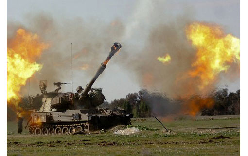 Israeli artillery guns fire towards the Gaza Strip from the Israeli side of the Israel-Gaza border on January 4, 2009. Israeli troops pushed deeper into Gaza and clashed in fierce battles with Hamas fighters today as Israel upped its deadly offensive on the Islamist