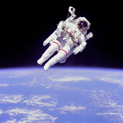 Astronaut Bruce McCandless II a few meters away from the cabin of the shuttle Challenger