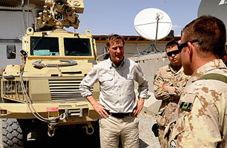 Canadian Foreign Minister talks with Canadian soldiers