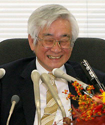 A rare move among recent Japanese laureates. Toshihide Maskawa, 68, professor at Kyoto Sangyo University and winner of the Nobel Prize in physics, will give his 40-minute lecture in Japanese at the Stockholm University on Dec. 8, two days before attending the award ceremony in the Swedish capital.