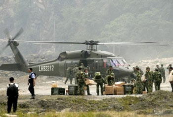 Chinese soldiers collect aid from military helicopter from U.S. for earthquake disaster relief