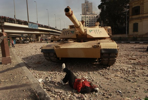 2011, Egypt: protest lies down in front of tank