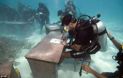 Maldivian president Mohammed Nasheed and his ministers signed a document calling on all countries to cut their carbon dioxide emissions