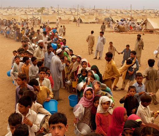Pakistani children wait for hours in line for dinner at the Yar Hussain camp June 1, 2009 in Swabi, Pakistan