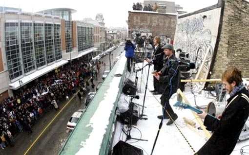 a group of musicians perform on a rooftop in London, Ont., Friday Jan. 30, 2009, recreating the Beatles final public concert 40 years ago Friday