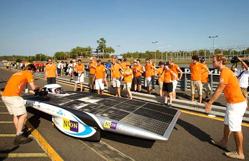 Two cars are currently locked in an exciting battle for second place: Nuna V (Nuon Solar Team) from the Netherlands, which has previously won the race four times...