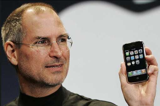 Steve Jobs launches iPhone in 2007