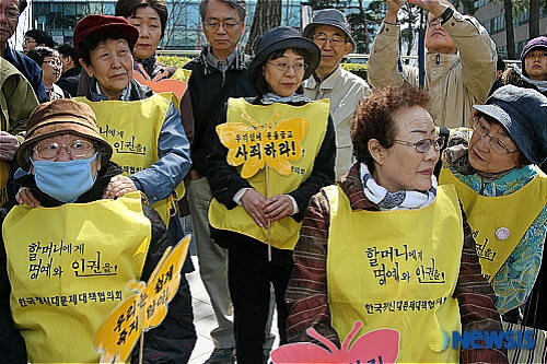 volunteers honoring survivor of military rape camp organized by Japanese Imperial Army during WWII