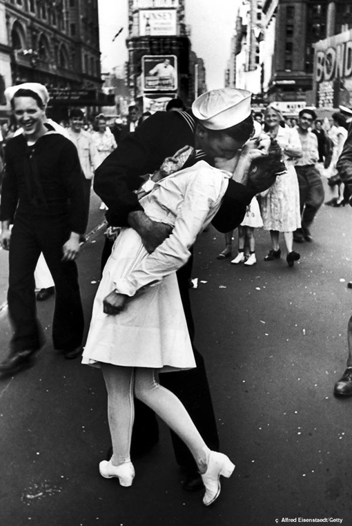 Edith Shain, nurse kissing Navy man in Eisenstaedt's iconic WWII photo on VJ-Day